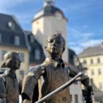 Brunnen auf dem Markt Glauchau, im Hintergrund das Rathaus
